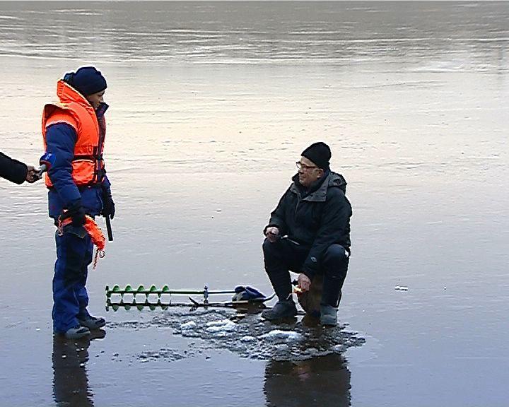 Сотрудники МЧС провели профилактические беседы на тонком льду