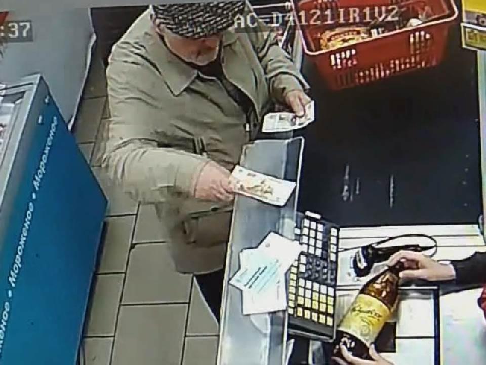В Кирове ищут подозреваемого в краже из торгового центра.