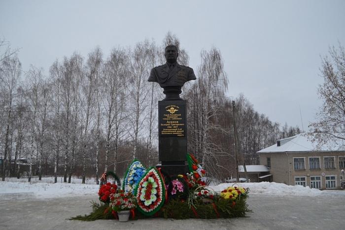 В Малмыжском районе открыли памятник Герою России Валерию Асапову.