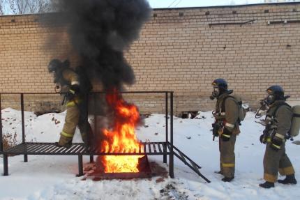 Уржумские пожарные учатся проходить сквозь огонь.