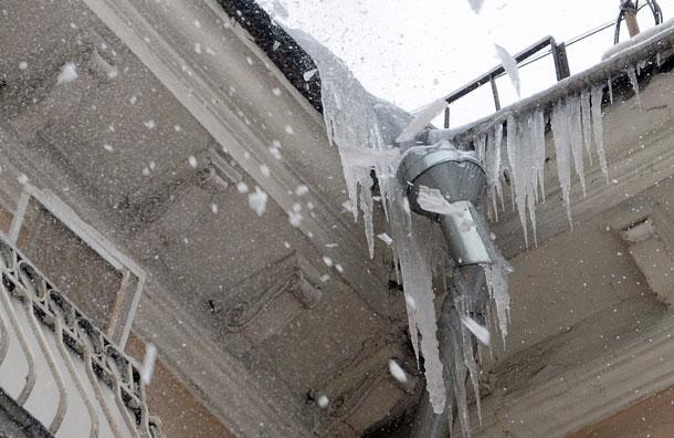 В Кирове упавшая с крыши наледь травмировала женщину.