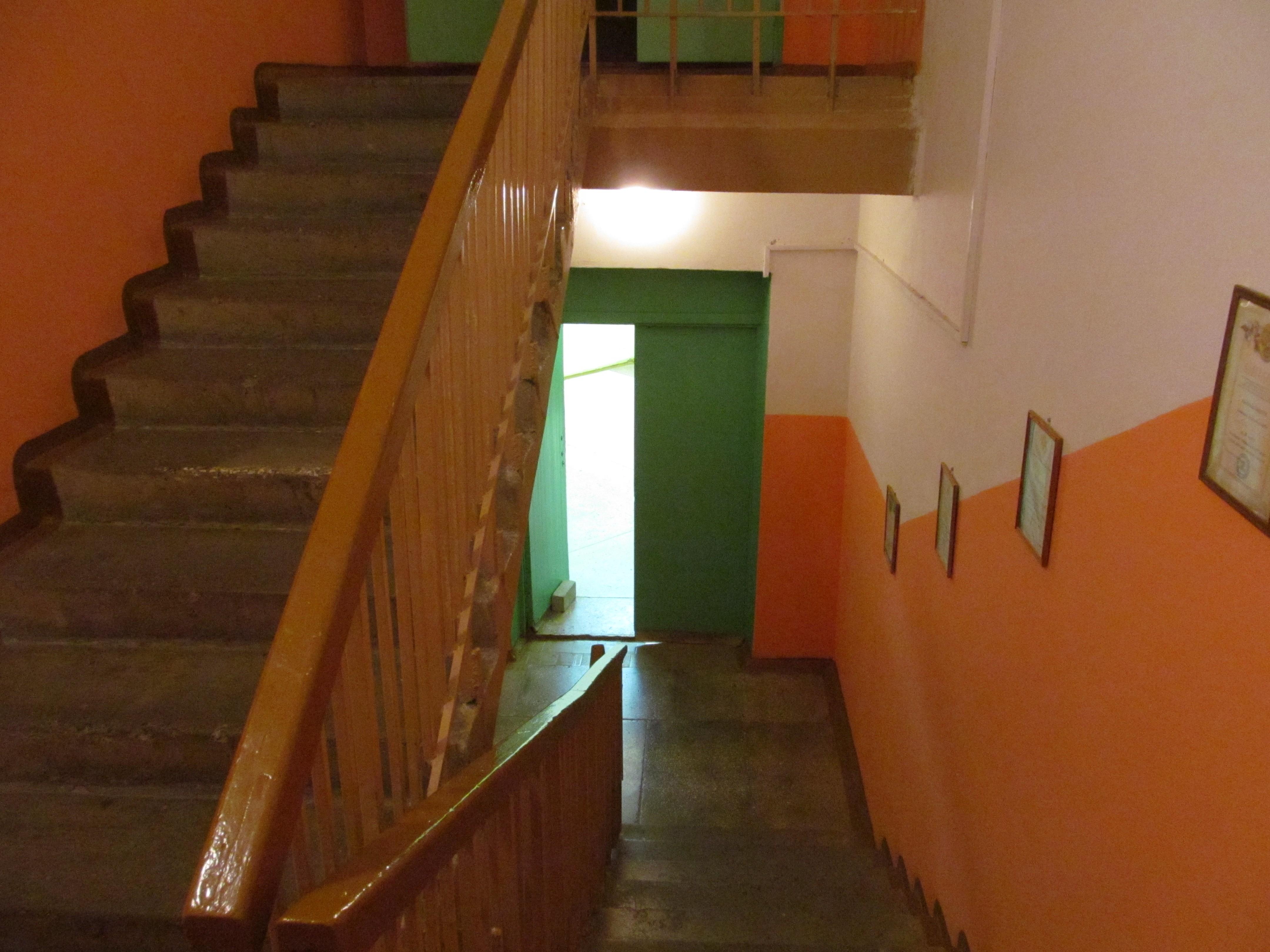 В Кирово-Чепецке 7-летняя девочка упала с лестницы в детском клубе.