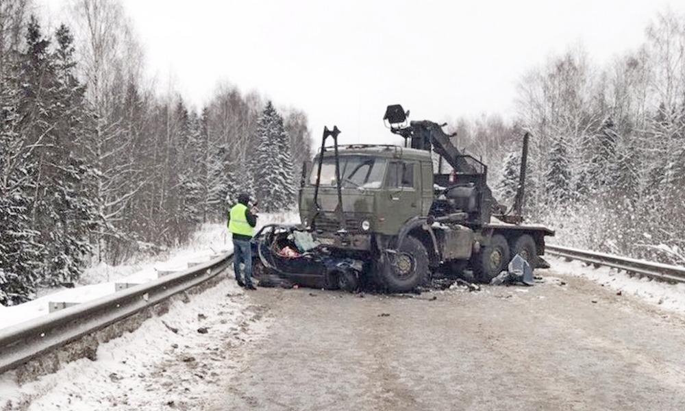 На Победиловском тракте иномарка врезалась в КаМАЗ: погибли 2 человека.
