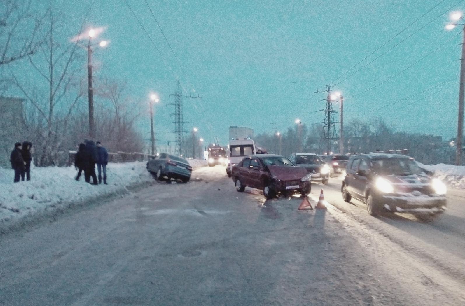 На Октябрьском проспекте водитель иномарки спровоцировала тройное ДТП.
