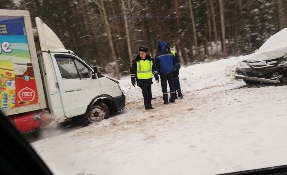 В Куменском районе фургон с мороженым попал в тройное ДТП.