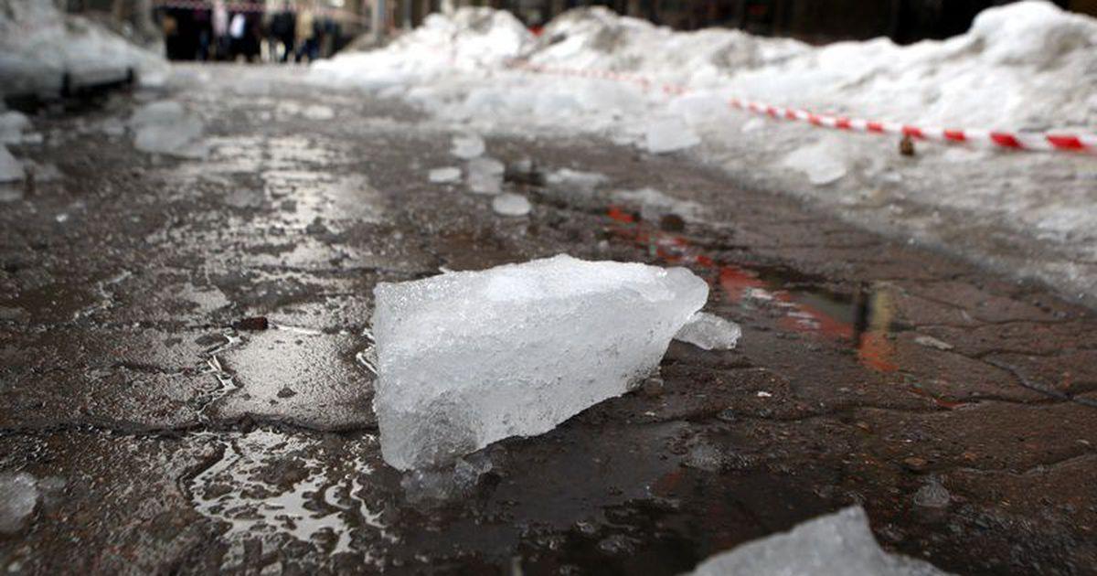 В Кирове от падения снега с крыши пострадали 2-летний ребенок и 62-летний мужчина.