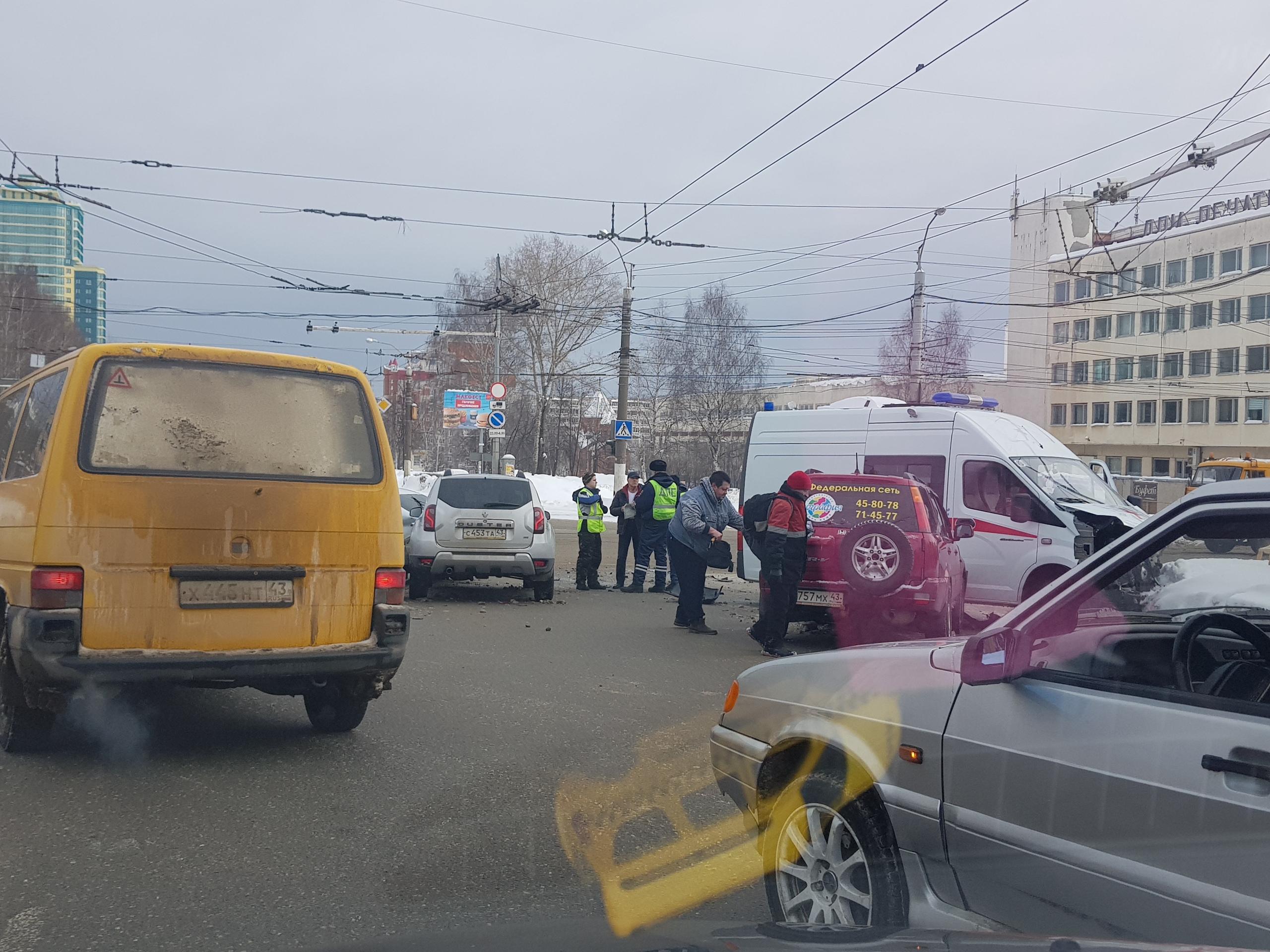 На перекрестке Производственной и Московской столкнулись 4 автомобиля и скорая помощь.