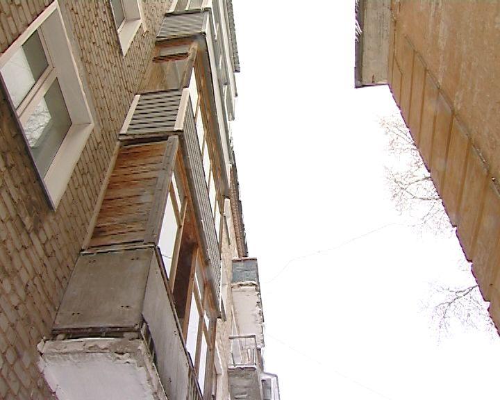 Глыба льда, упавшая с крыши, серьезно травмировала кировчанку