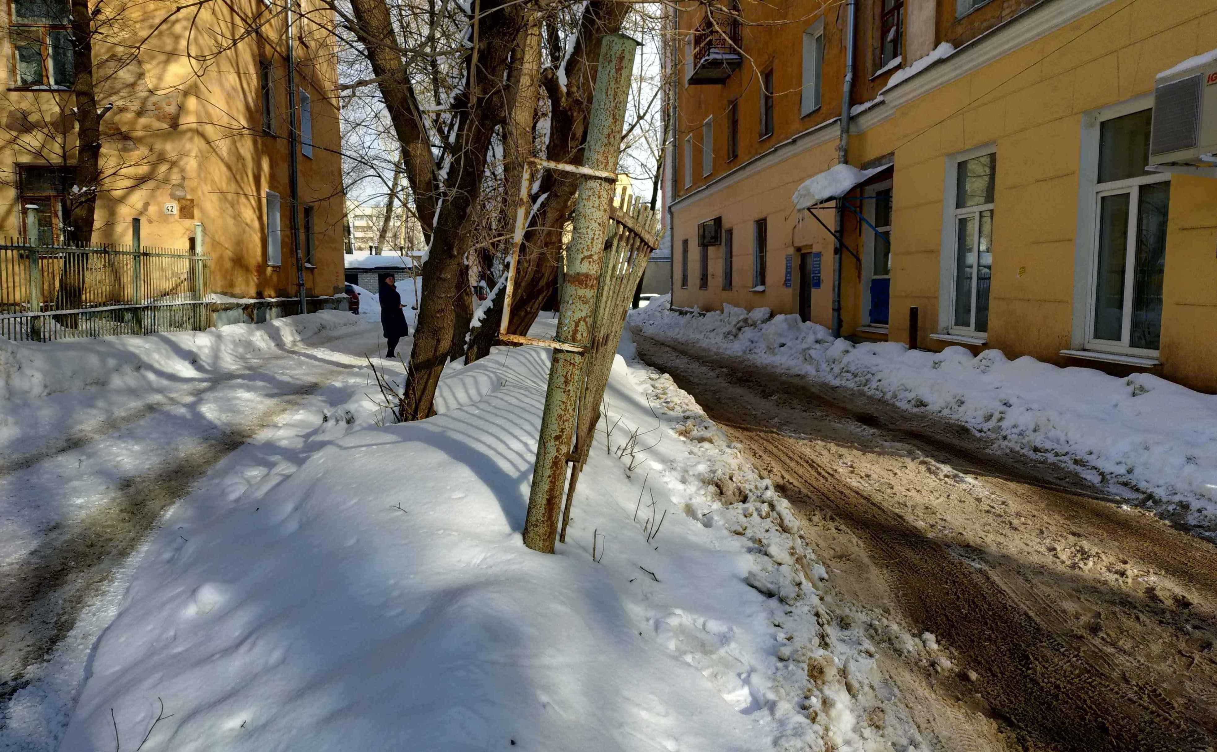 В Кирове с проезжей части улицы Чехова демонтировали незаконный забор.
