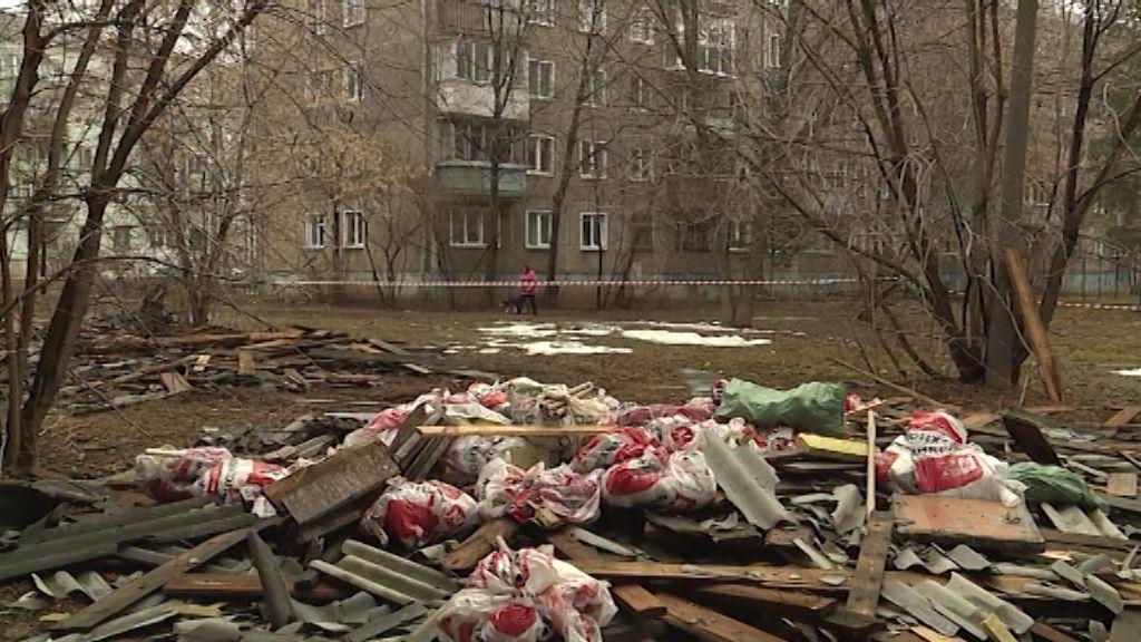 После капремонта крыши на улице Некрасова придомовая территория превратилась в огромную свалку