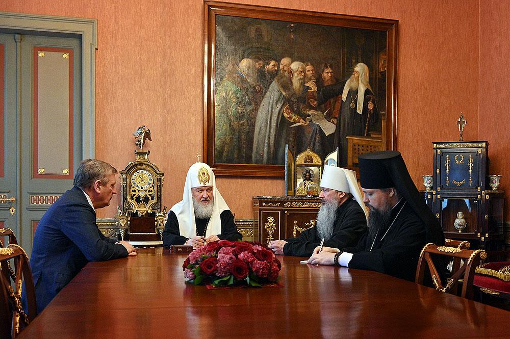 Святейший Патриарх Кирилл провел встречу с губернатором Кировской области и главой Вятской митрополии.