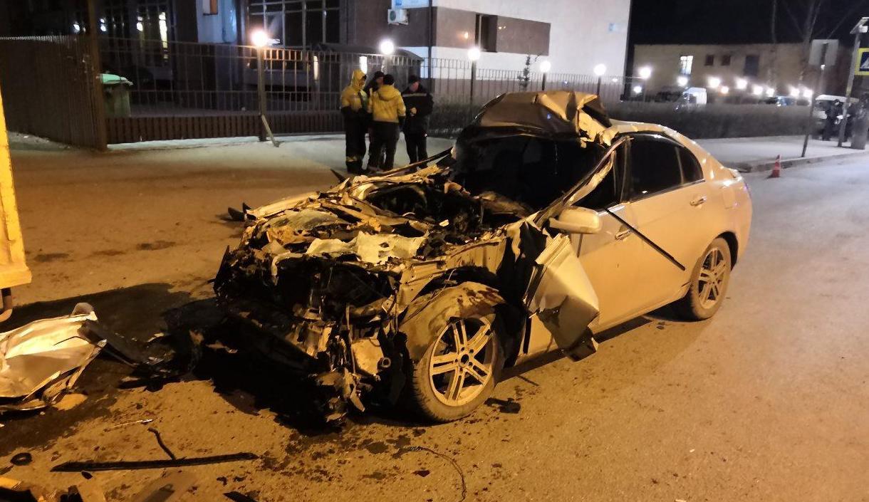 На улице Красина иномарка врезалась в грузовик: 1 человек погиб.