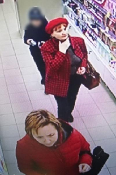 Полиция разыскивает трех посетительниц магазина, возможно, причастных к краже товара.