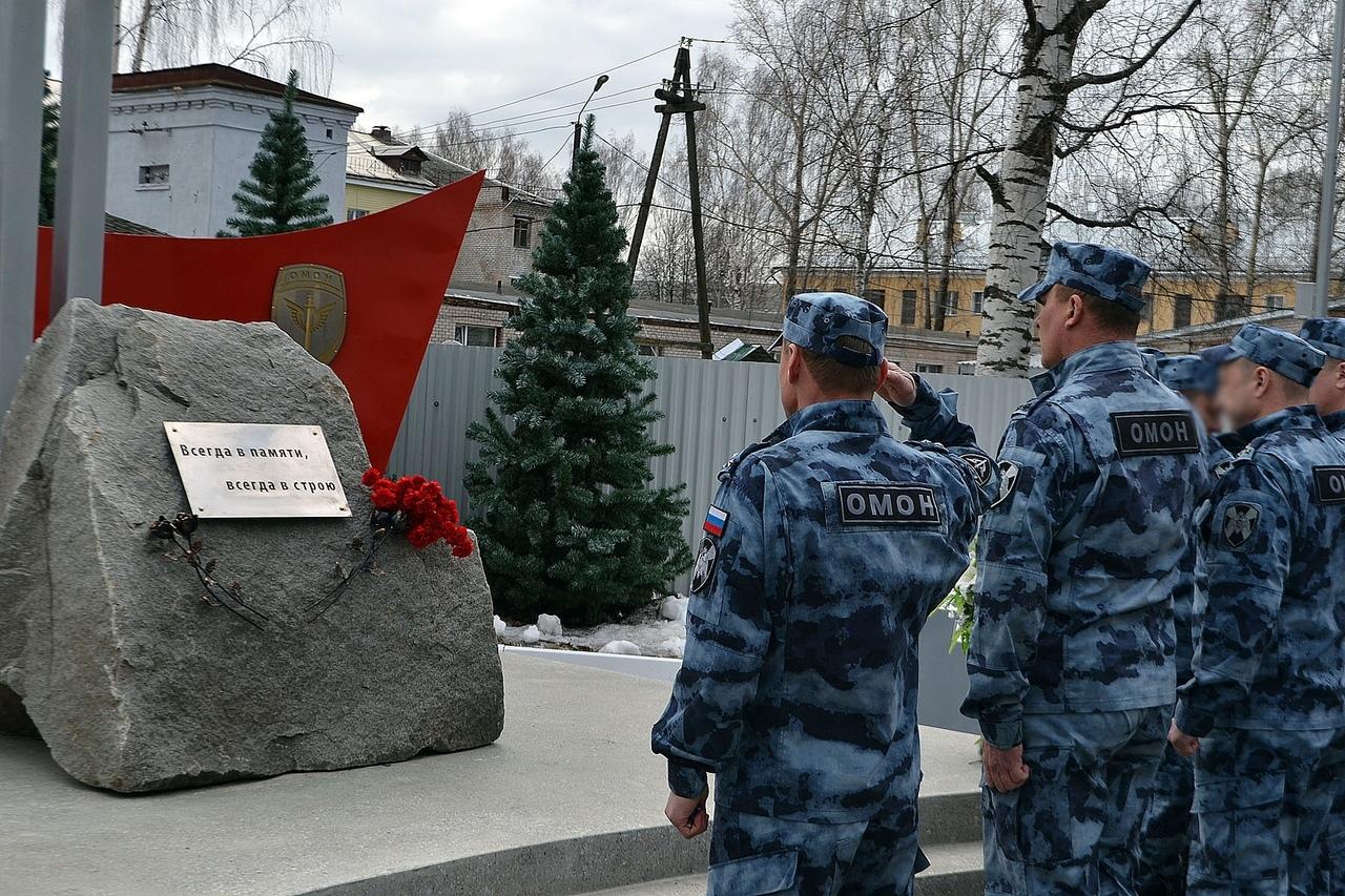 В Кирове в расположении ОМОН Росгвардии состоялся молебен у памятника погибшим сотрудникам.