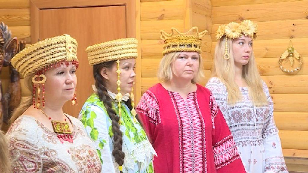 В музее Хлынова вятские мастерицы показали головные уборы из соломы