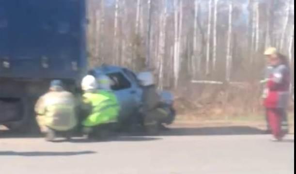 На улице Павла Корчагина ВАЗ-2110 врезался в фуру: 1 человек погиб.