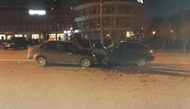 На улице Воровского произошло лобовое столкновение ВАЗ-2112 и