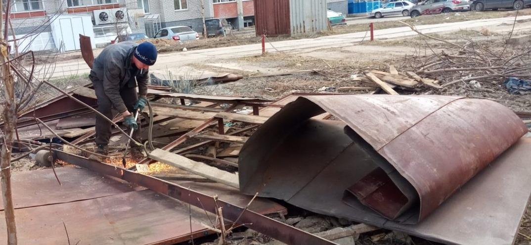 В Кирове сносят незаконные хозпостройки и гаражи.