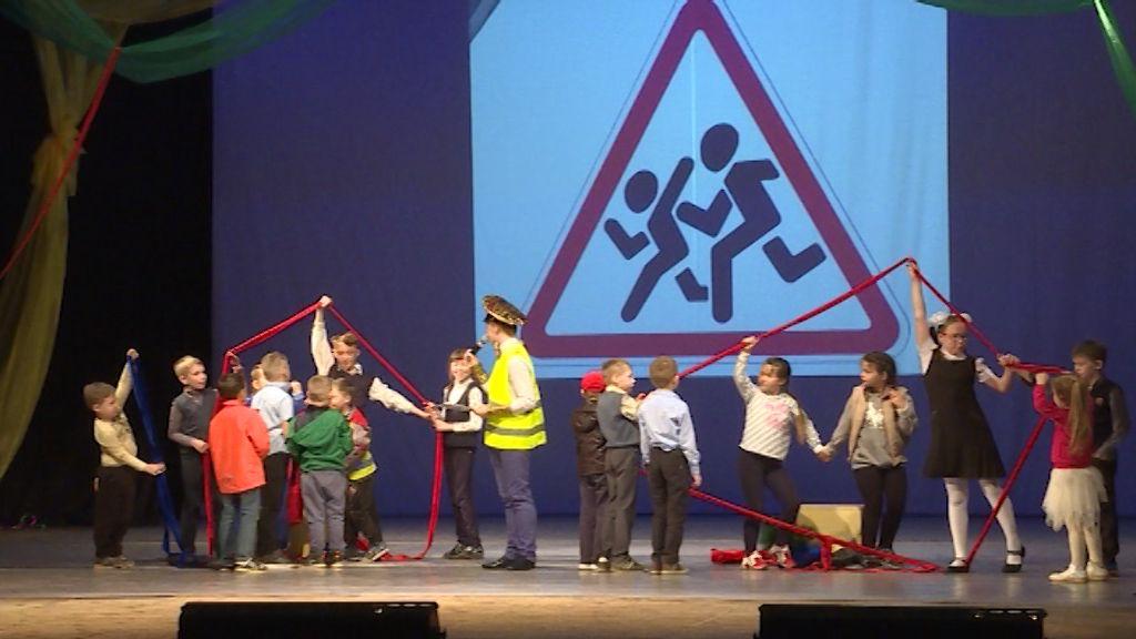 Сотрудники ГИБДД напоминают детям правила безопасного поведения на дорогах