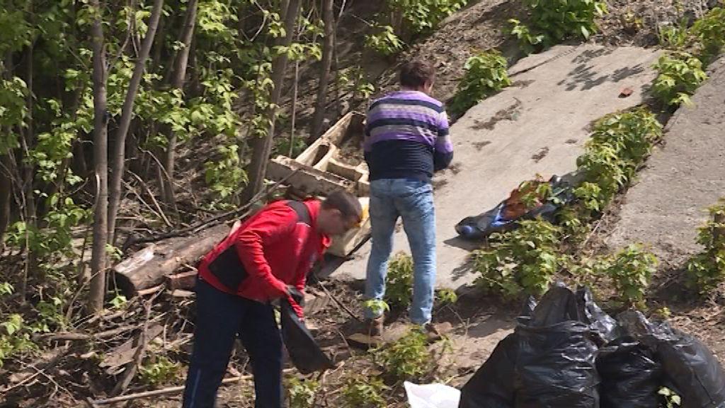 Активисты провели субботник у путепровода над речкой Хлыновкой