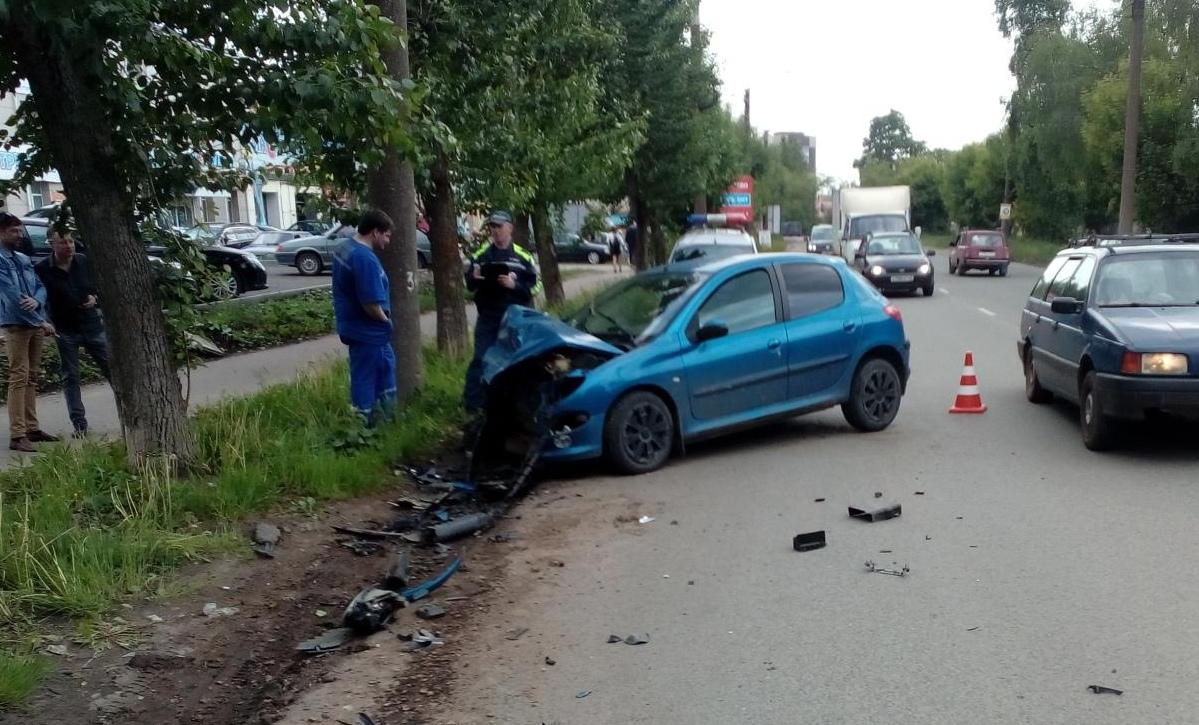 В Кирове девушка на «Пежо» врезалась в «Мицубиси».