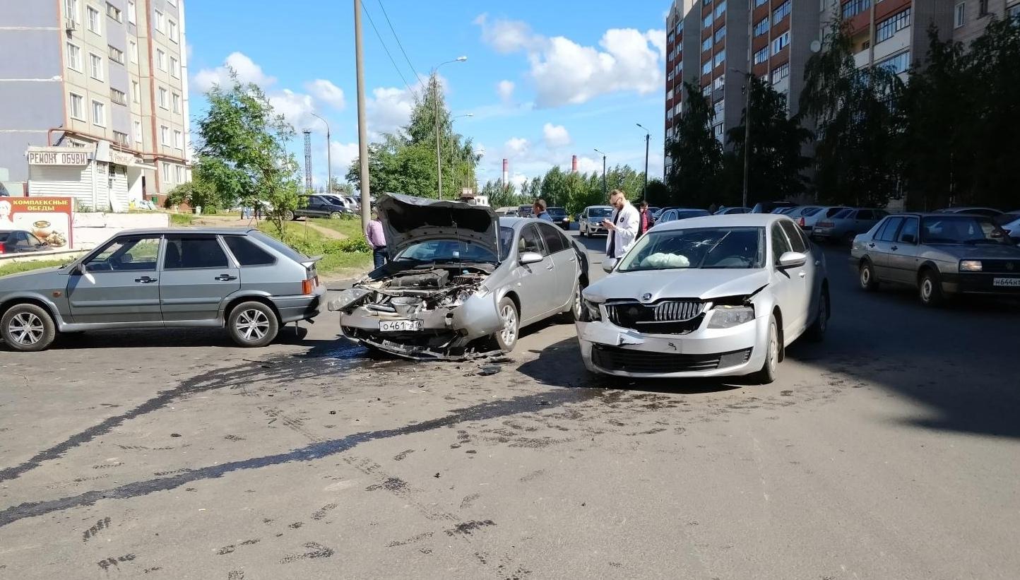 В Кирове в ДТП с двумя иномарками пострадали 2 человека.