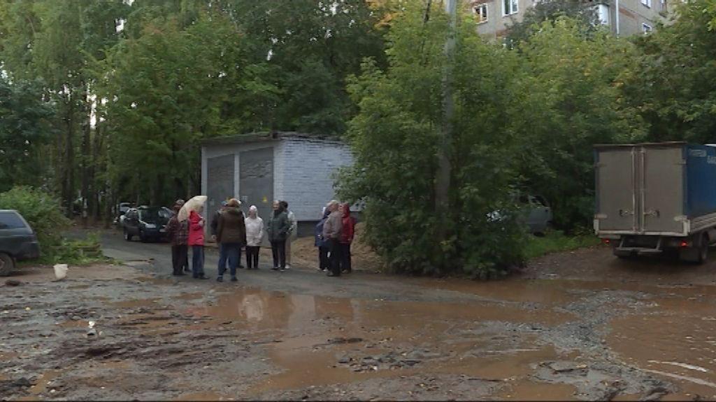 Огромная лужа во дворе дома на Сурикова мешает жителям