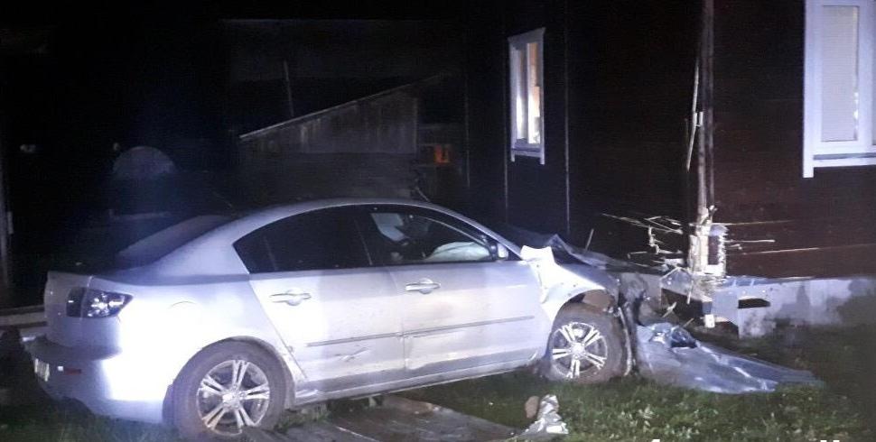 В Слободском районе иномарка въехала в стену жилого дома.