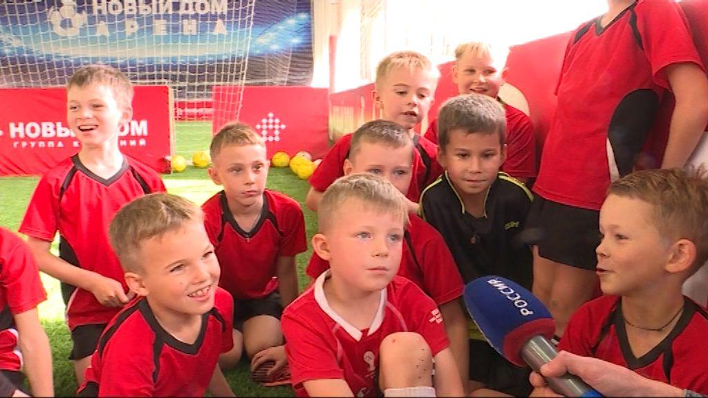 Для юных футболистов мастер-класс провел бывший игрок сборной России Андрей Соломатин