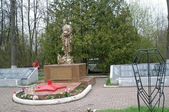 Имена 4 кировчан увековечат на воинском захоронении в Твери.