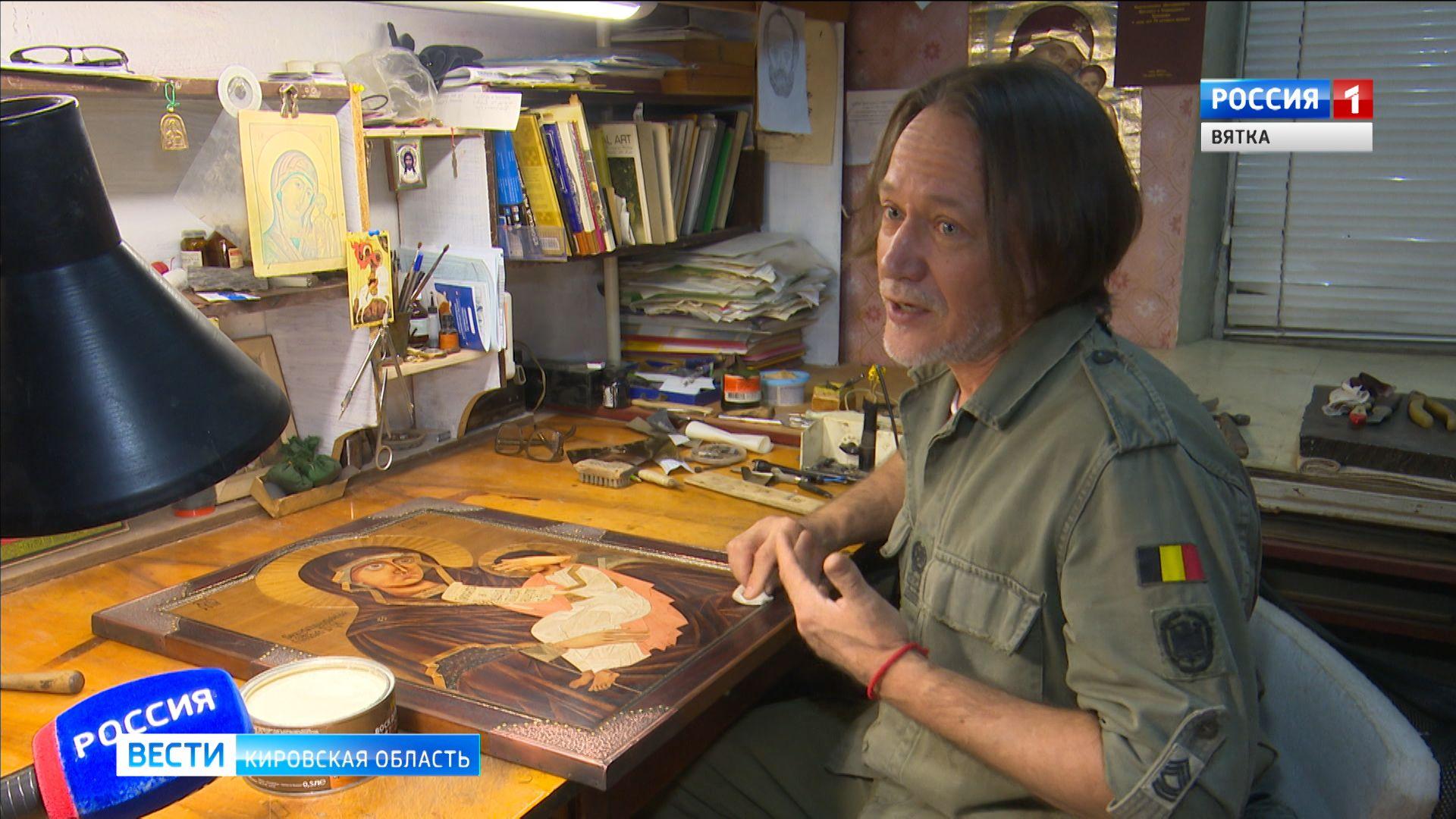 Кировский художник Константин Кривошеин работает над необычной иконой для православного храма в Камбодже