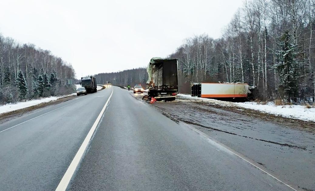 На трассе Шарья-Киров-Пермь столкнулись две фуры.