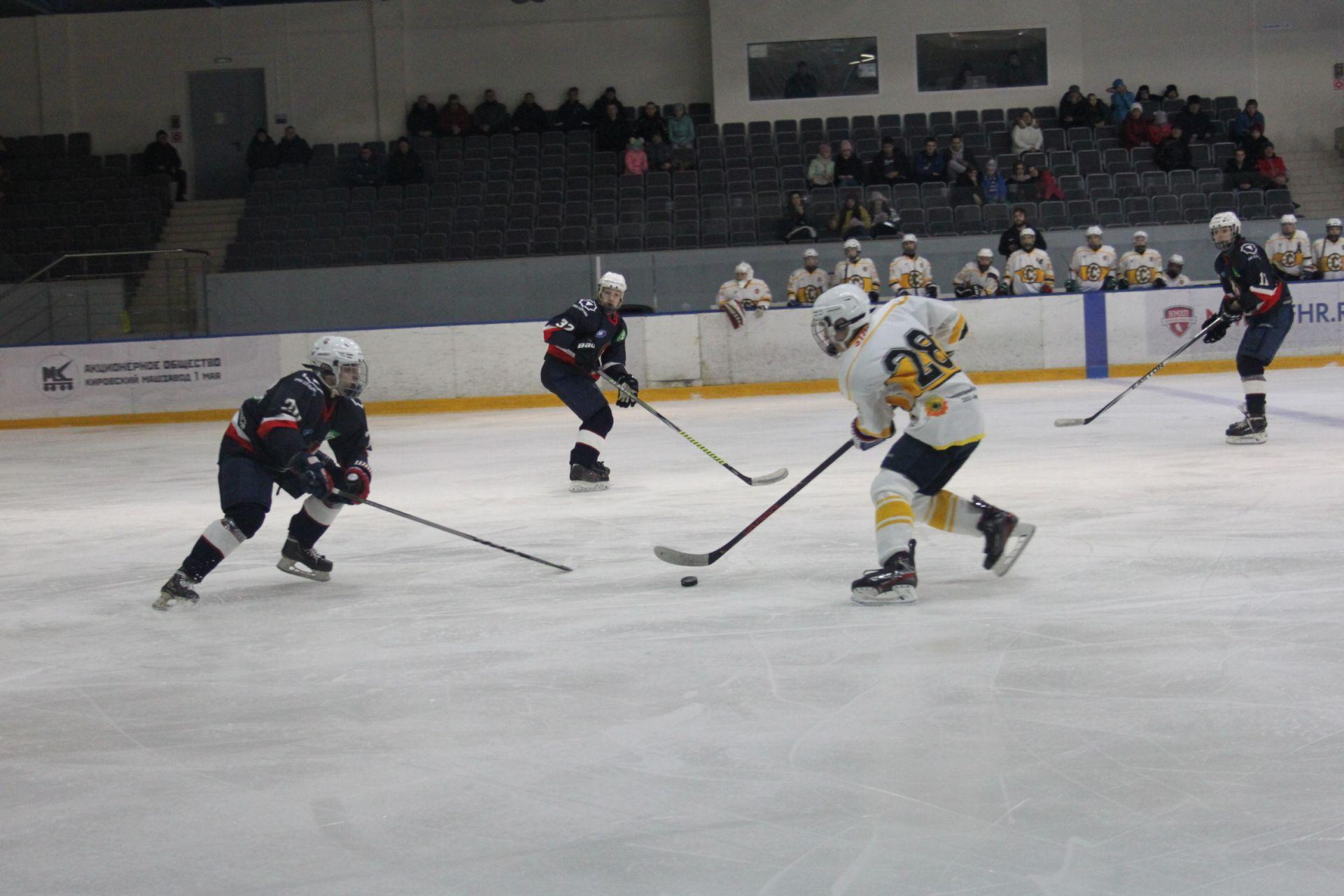 Юные хоккеисты «Олимпии» ведут борьбу на окружном этапе Спартакиады учащихся России.