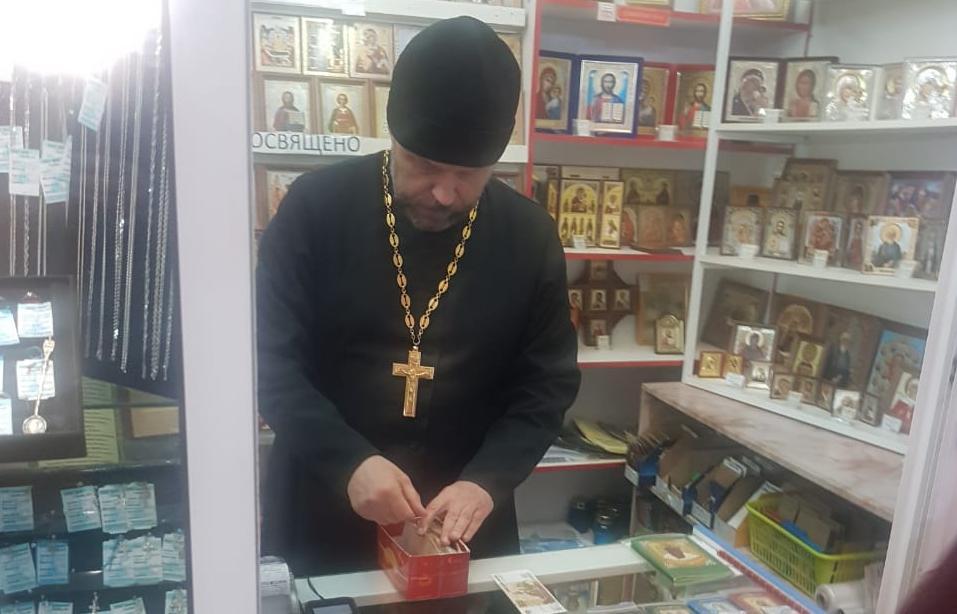 В Кирове человек, выдающий себя за священника, торгует иконами
