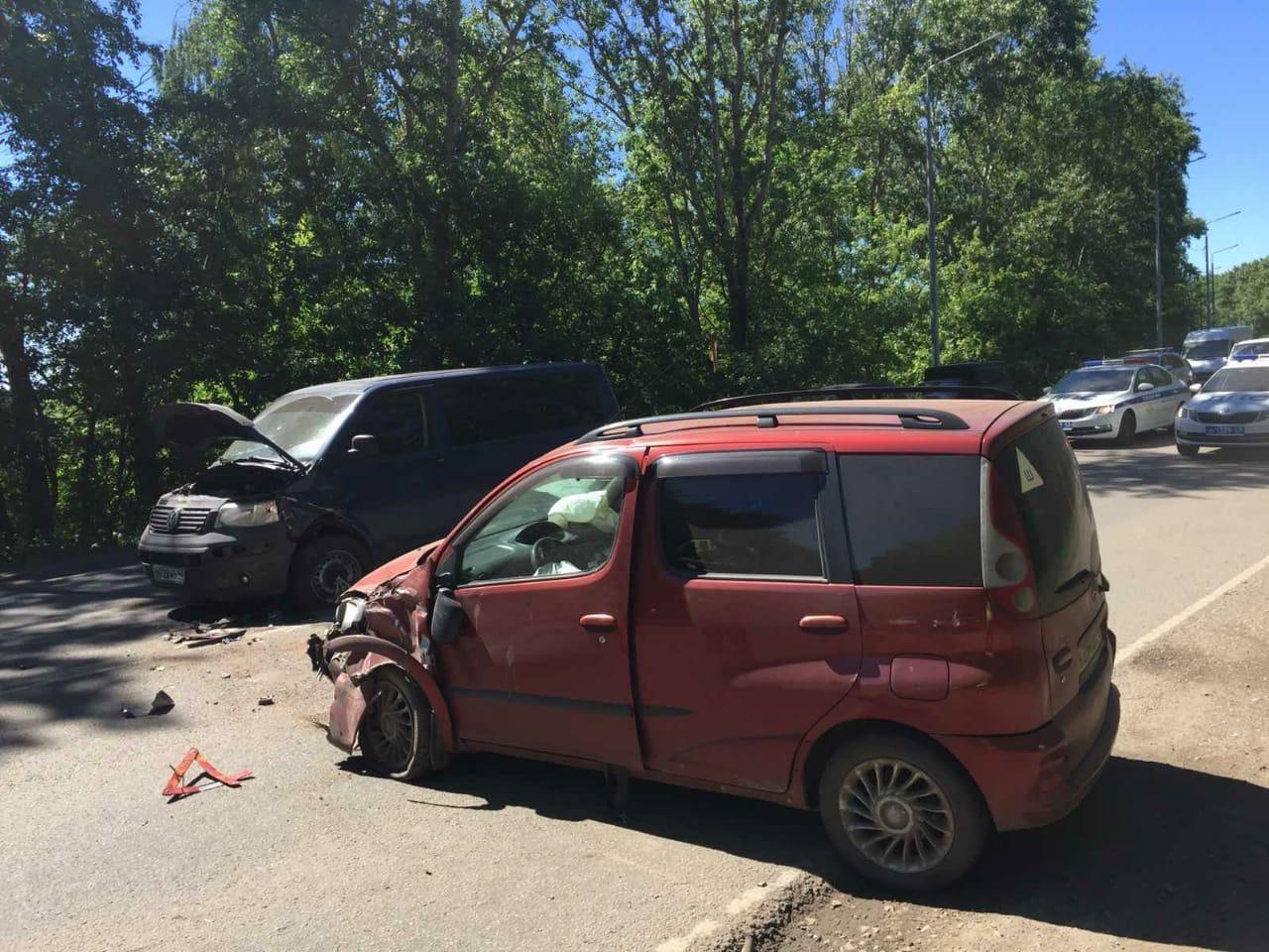 В Кирове в столкновении двух иномарок пострадали три человека.