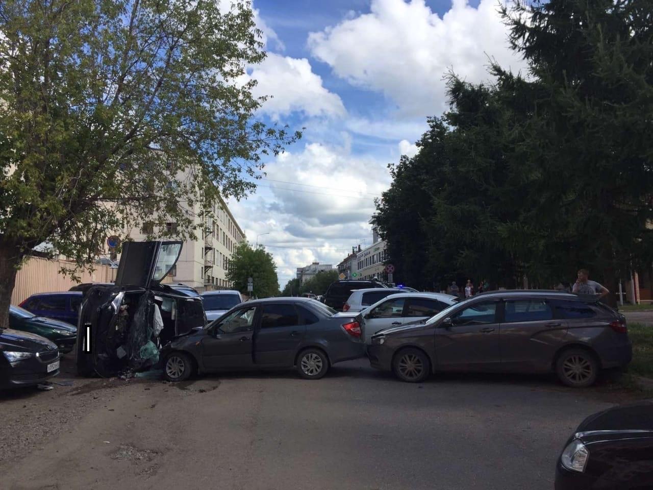 В Кирове в столкновении 6 автомобилей пострадали 3 человека.
