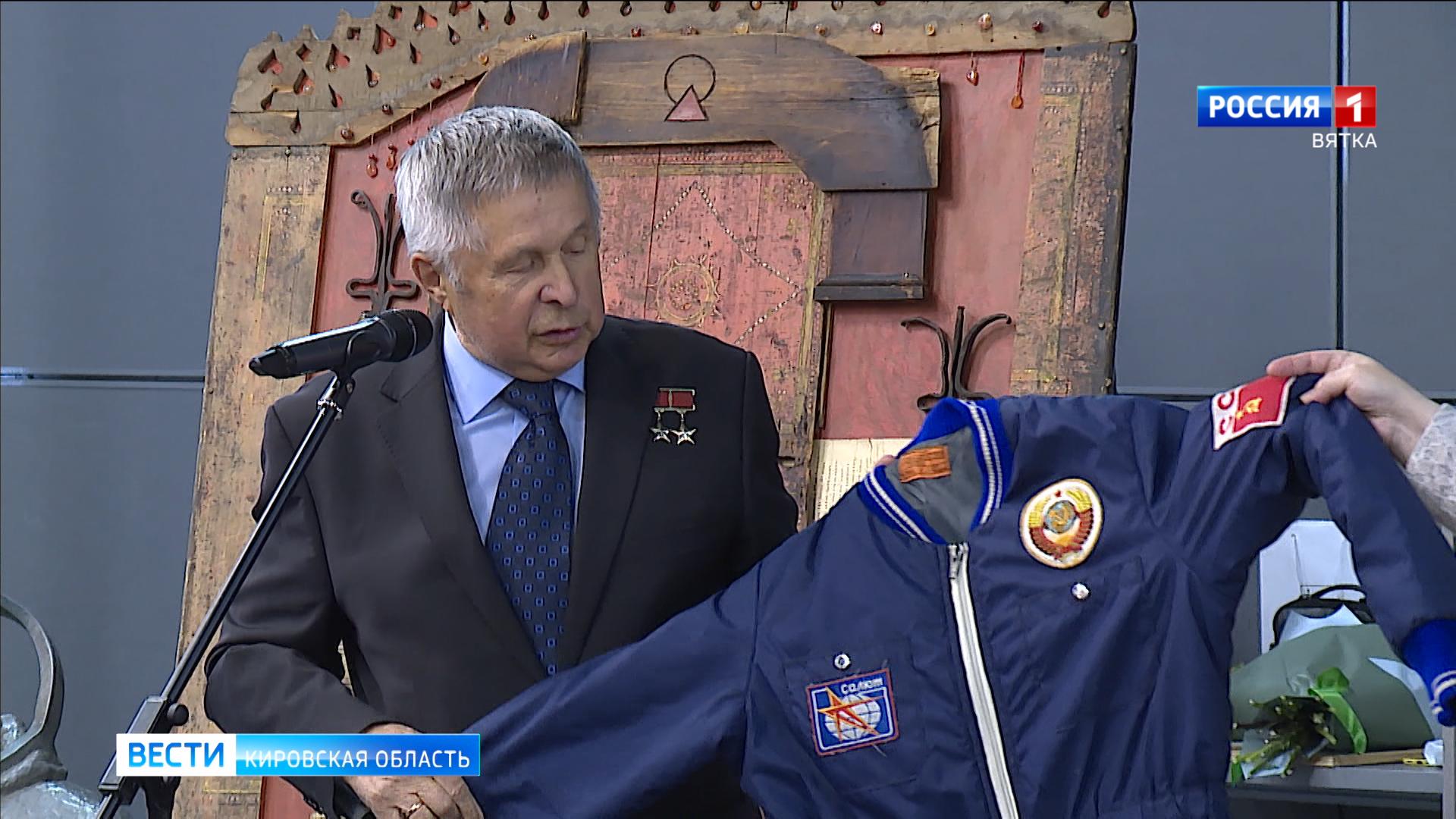 Виктор Савиных подарил Космоцентру экспонат и открыл «Парту Героя»