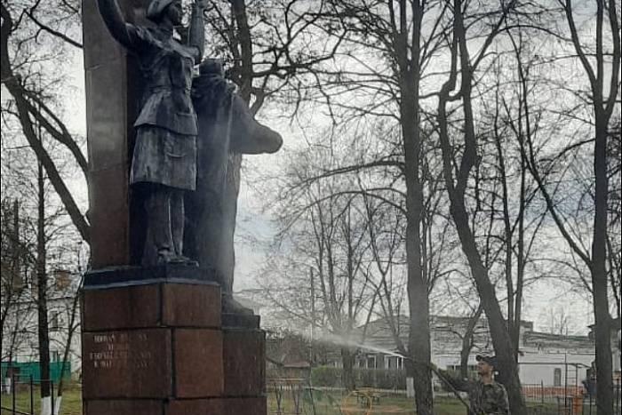 По жалобам жителей Яранска очистили памятник в парке Победы