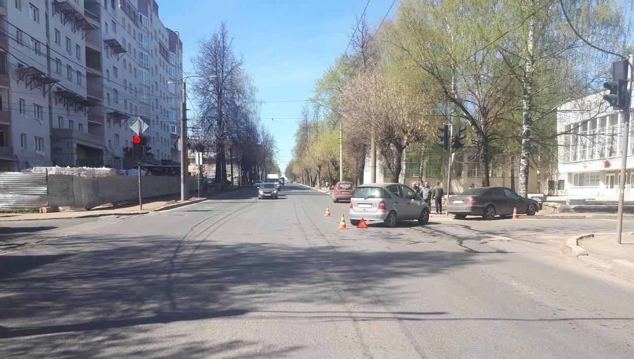 В Кирове на улице Профсоюзной столкнулись два «Мерседеса»