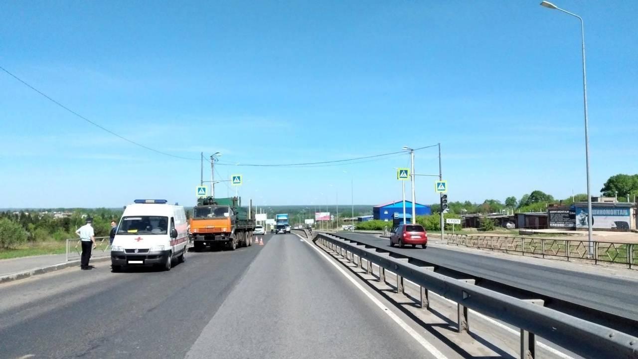 В Кирове на улице Дзержинского КАМАЗ сбил пешехода
